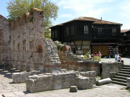 Одна из разрушенных церквей Несебра
