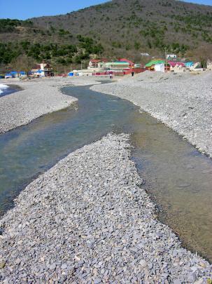 Горная река на пляже в Дюрсо