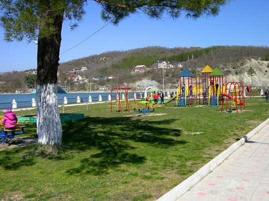 Парк в Абрау у озера