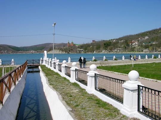 Парк у озера в Абрау