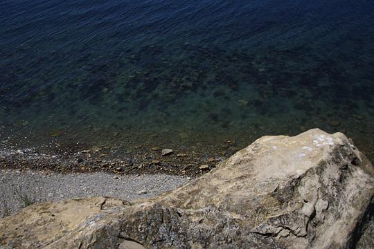 Море, у маяка на высоком берегу