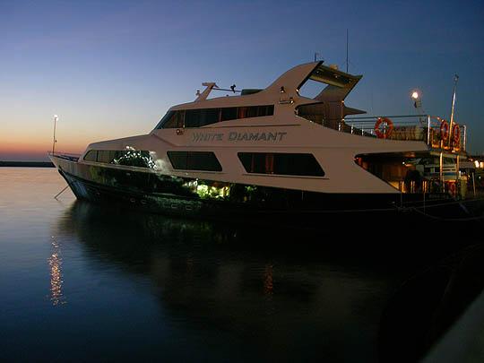 Яхта на причале, порт в Сочи