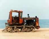Ржавый трактор на берегу Азовского моря